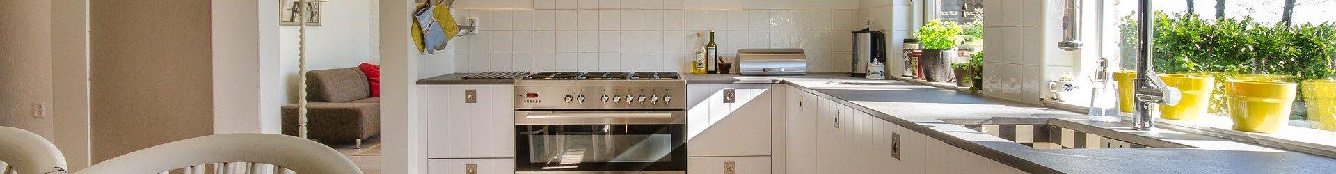 Une cuisine personnalisée avec un fond de hotte sur mesure !